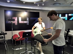DECEMBER STREETS Perform 'I'll Try' on 947